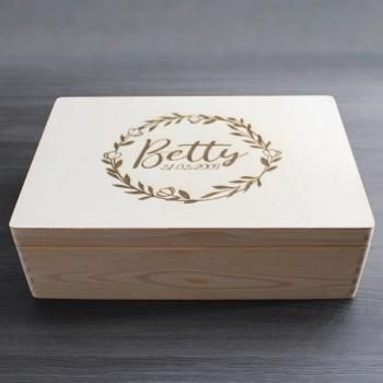 """ NAME + DATUM "" - Holzbox - BETTY STYLE - Gr. L - ca. 40 x 30 x 14 cm 