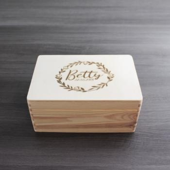 """ NAME + DATUM "" - Holzbox - BETTY STYLE - Gr. S - ca. 30 x 20 x 14 cm 